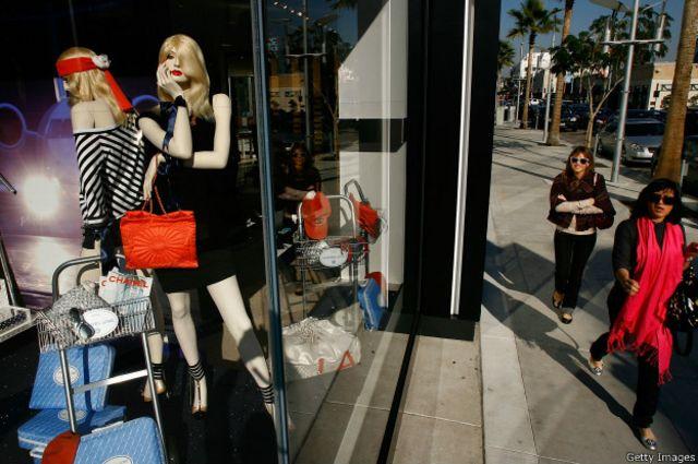 Женщины более требовательны к покупкам и более лояльны к брендам, чем мужчины, показывают исследования