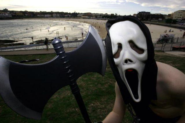從《辛普森一家》到90年代恐怖片《驚聲尖叫》裏的殺手佩戴的鬼臉面具,《吶喊》出現在許多流行文化中(圖片來源:Getty )