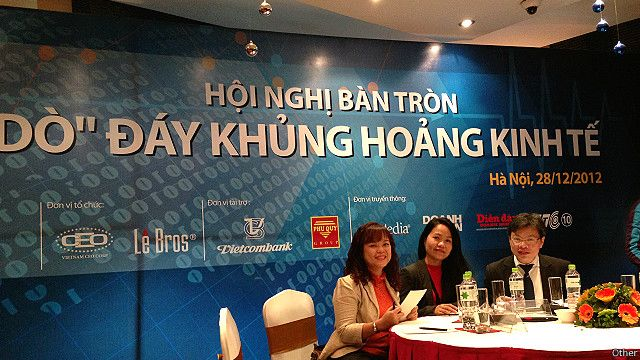 Tác giả (đầu tiên từ trái) trong một hội nghị có liên quan truyền thông về khủng hoảng kinh tế.