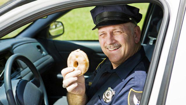 Policiais e bombeiros têm algumas das profissões menos saudáveis e sofrem com problemas de colesteriol, pressão alta e de obesidade