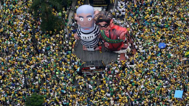 Muñecos inflables gigantes de Rousseff y Lula en una manifestación antigubernamental en Brasil.