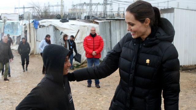 زارت جولي مخيما للاجئين السوريين في لبنان الشهر الماضي