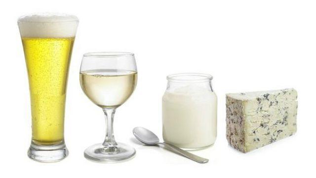 El yogur y el queso son los productos de la fermentación bacteriana, mientras que la cerveza y el vino son productos de fermentación de la levadura.
