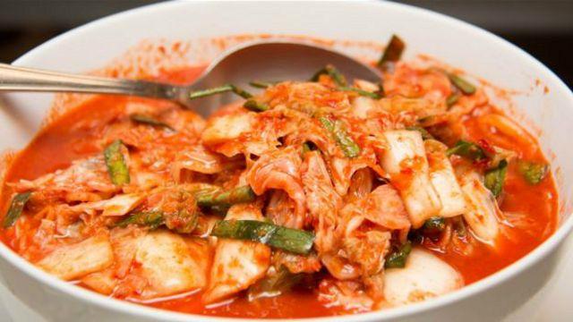 El kimchi es un plato tradicional coreano hecho de col fermentada y otros vegetales.