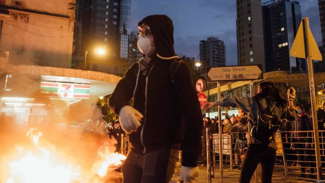 年初二旺角衝突,示威者擲磚頭攻擊警察