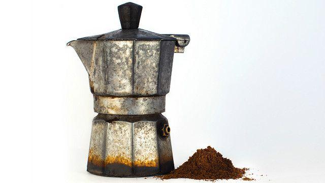 La cafetera moka o italiana hace espressos al ponerla en la estufa, valiéndose del vapor para obtener más aceite del café.
