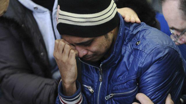 Un familiar de una de las victimas llora en el aeropuerto de Rostov del Don