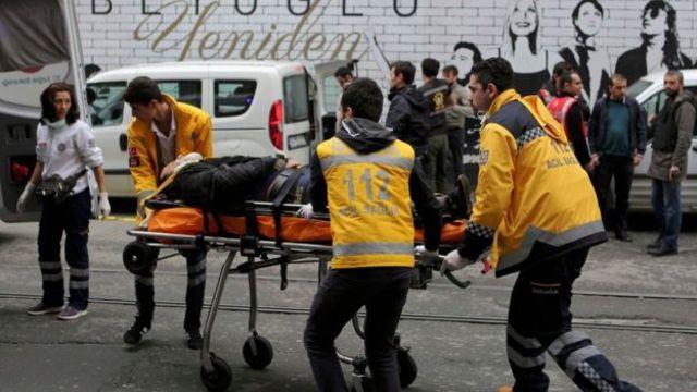 19 Mart İstanbul saldırısında yaralıların yardımına koşan görevliler.