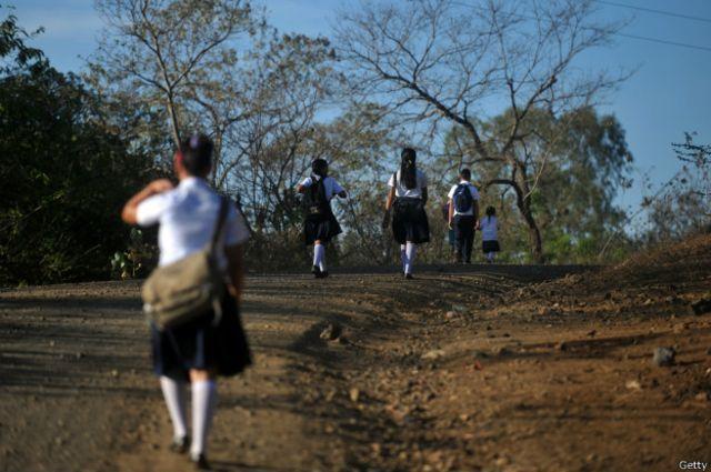 En las zonas rurales de Nicaragua los niños caminan kilómetros para ir a la escuela.