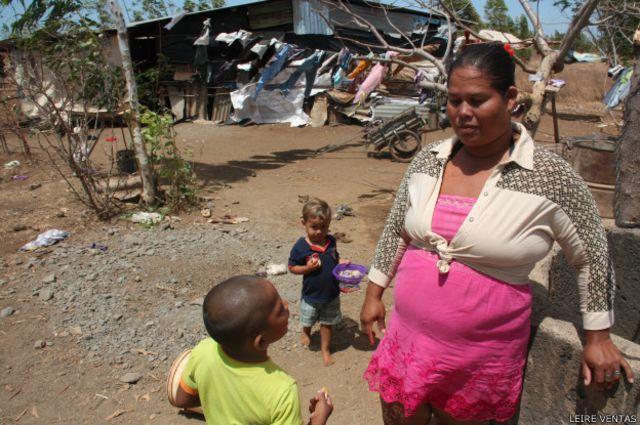 Desde que hicieron la nueva escuela en El Timal, Digna Castillo se siente tranquila cuando su hija (en la imagen) acude a clase.
