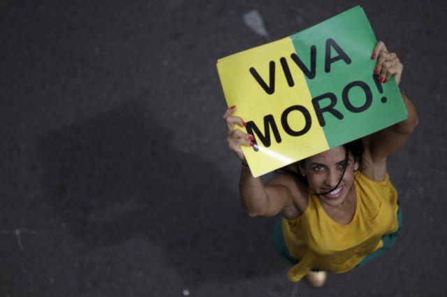 Em protestos a favor do impeachment, é comum ver faixas e cartazem em apoio à Lava Jato e ao juiz Sérgio Moro, da 13ª Vara de Curitiba