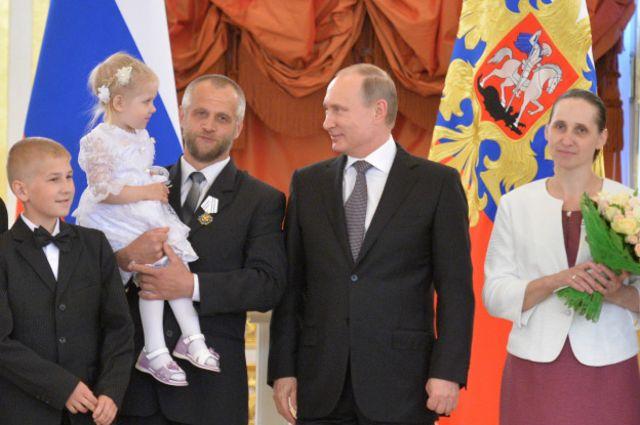 """Президент России Владимир Путин не раз заявлял, что будет отстаивать """"традиционные семейные ценности"""""""
