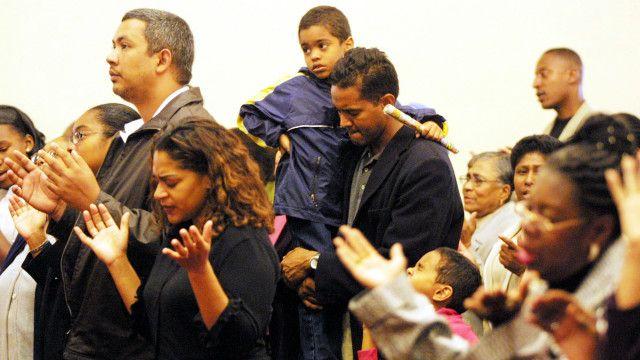 Personas rezando en una iglesia