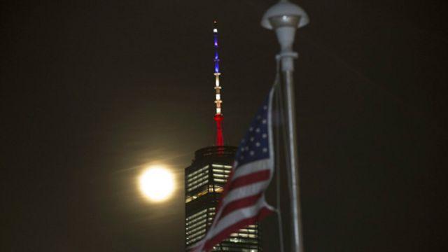 پرچم آمریکا و رنگهای پرچم بلژیک بر فراز ساختمان تجارت جهانی در نیویورک