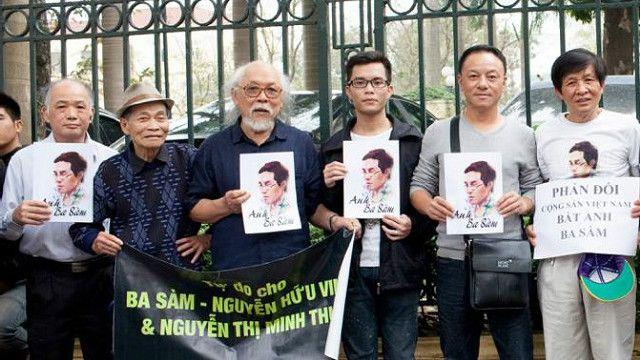 Những người ủng hộ blogger Anh Ba Sàm trước Tòa án Nhân dân TP Hà Nội