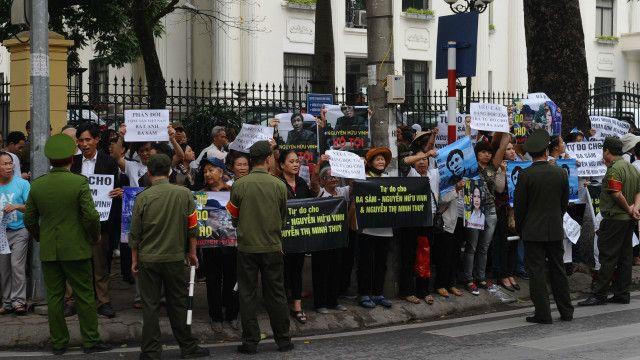 Một số người dân đứng ngoài tòa bày tỏ ủng hộ ông Nguyễn Hữu Vinh