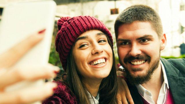"""Dos jóvenes tomándose una """"selfie"""""""