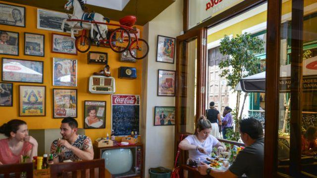 Las paladares suelen abastecerse de envíos desde Miami y otras ciudades con comunidades cubanas. En la foto, la paladar habanera La Vitrola.