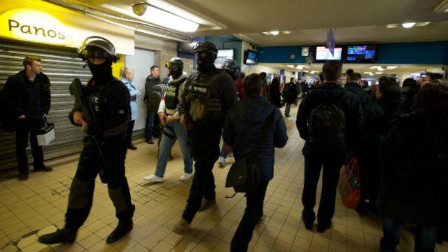 Brüksel'deki 'Kuzey' istasyonunu kontrol eden polisler.