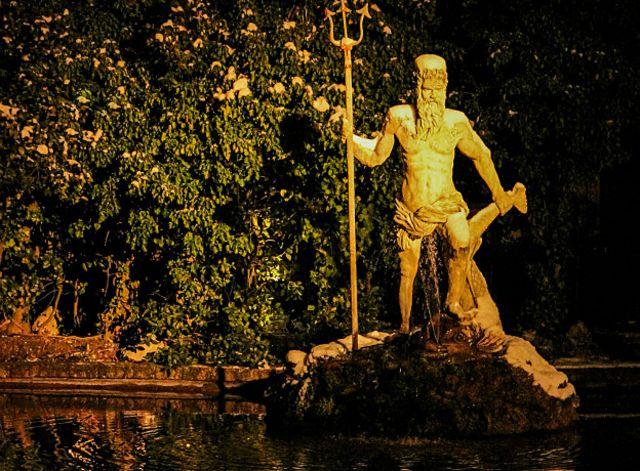 Neptuno, para los romanos, Poseidón, para los griegos, gobernaba las aguas y el mar.