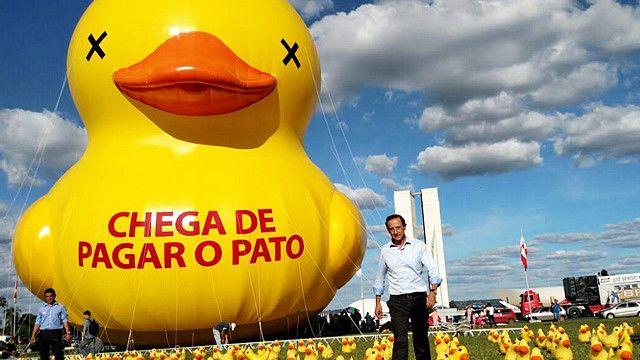Presidente da Fiesp, Paulo Skaf, ao lado de pato durante protesto em Brasília
