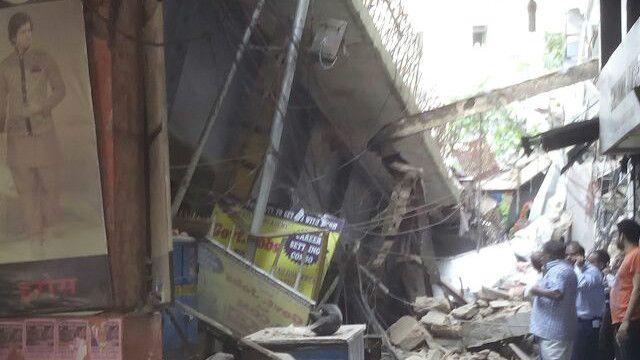 پلی که فروریخت در یکی از محلات پرازدحام شهر کلکته در دست ساختمان بود.