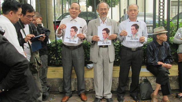 Nhà văn Phạm Thành (áo vest xám nhạt, đứng giữa) trong vụ xử blogger Ba Sàm - Nguyễn Hữu Vinh.