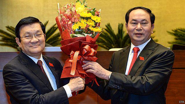 Ông Trần Đại Quang (phải) kế nhiệm ông Trương Tấn Sang trong vai trò Chủ tịch Nước tại Quốc hội khóa 13 của VN.