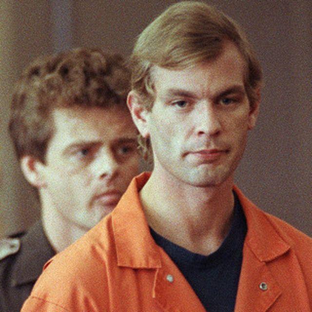Dhamer violó, mató y desmembró a 17 hombres y niños entre 1978 y 1991. En 1994, lo mataron a golpes en la cárcel.