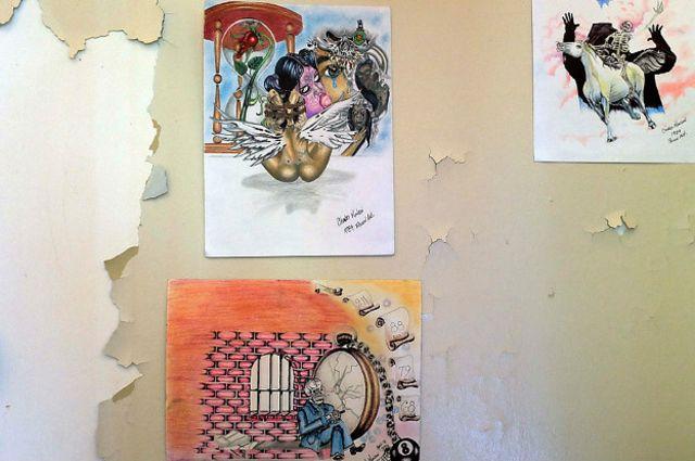 Dibujos supuestamente hechos por Manson, expuestos. Más allá de si el conocido asesino los pintó o no, lo interesante es la fascinación que provocan.