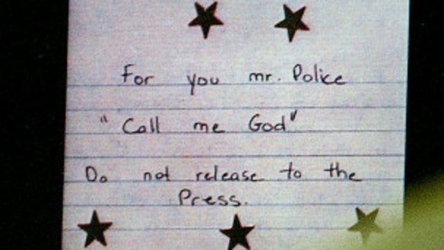 """Nota decorada con estrellas del Francotirador de Beltway, que mató a 10 personas en 2002 en EE.UU. Dice: """"Para usted señor policía: llámeme Dios. No lo divulgue a la prensa"""""""