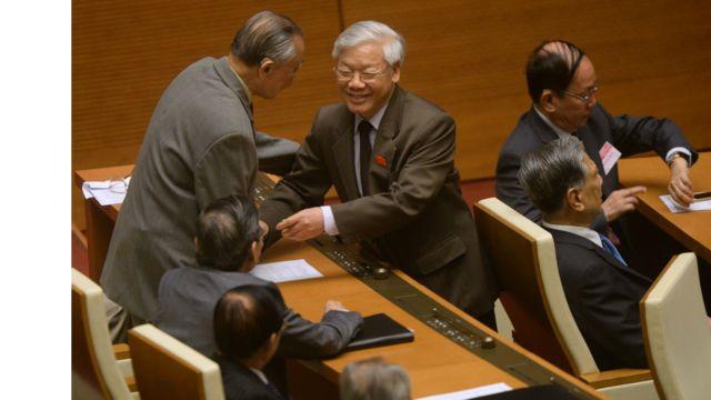 TBT Nguyễn Phú Trọng chia tay những đại biểu nghỉ hưu tại kỳ họp của QH khóa trước, tháng 4/2016