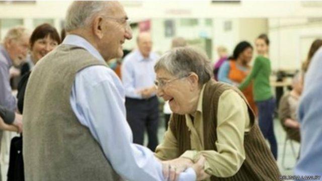 Clase de baileterapia para pacientes con la enfermedad de Parkinson