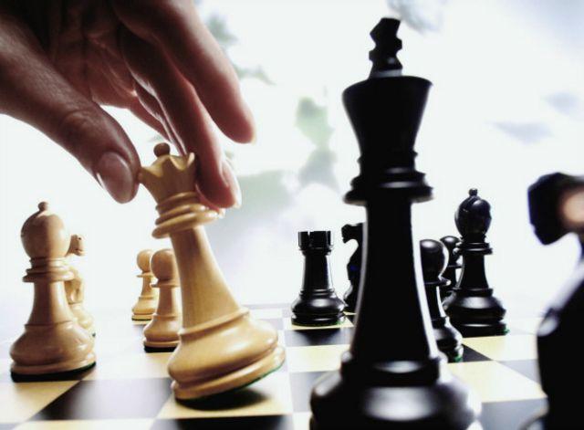 Una persona jugando ajedrez