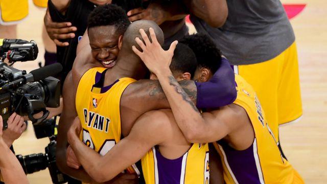 科比与队友拥抱庆祝胜利