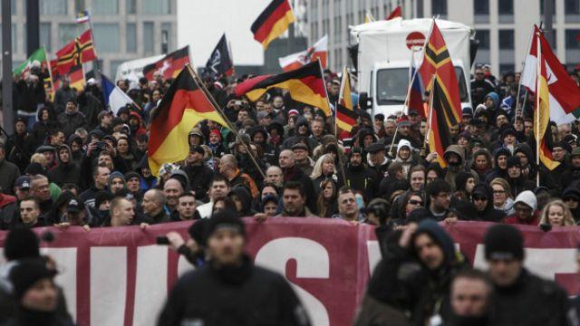 Merkel'in göçmen politikası, Almanya'daki muhafazakar grupların tepkisini çekiyordu ve Başbakan'a kamuoyu desteğini azaltıyordu.