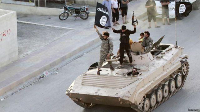 """مسلحو """"تنظيم الدولة"""" يستعرضون في الرقة بسوريا"""