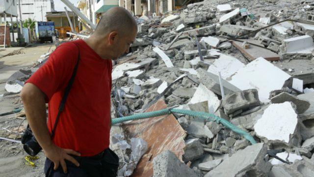 El arquitecto Fausto Cardoso observa bloques destruidos.
