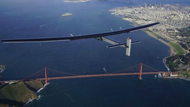 Solar Impulse di atas langit San Francisco.