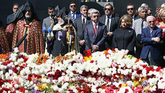 سرژ سرکیسیان، رییسجمهوری ارمنستان به همراه جرج کلونی در بنای یادبود قربانیان کشتار ارامنه