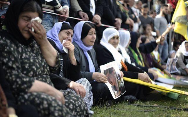 نساء ايزيديات ينظمن مظاهرة في المانيا للتعبير عن تضامنهم مع أقارب وذويهم الذين استهدفهم تنظيم الدولة