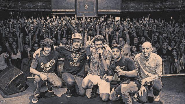 Da esq. para a dir., a banda que acompanha Criolo na turnê pela Inglaterra: Guilherme Held (guitarra), Daniel Ganjaman (teclados e programação), Sérgio Machado (bateria), Marcelo Cabral (baixo).