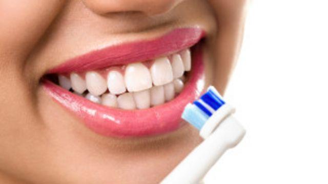 En importante cepillar la lengua porque absorbe todas las bacterias.
