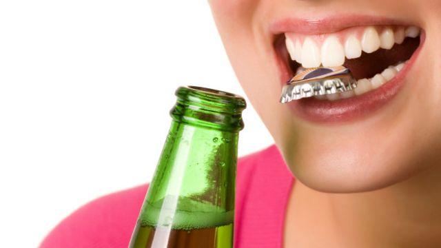Destapar las botellas de refresco con los dientes es un hábito que fractura y desgasta los dientes.