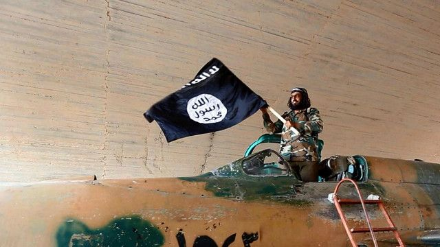 مسلح تابع لتنظيم الدولة في مدينة الرقة في سوريا