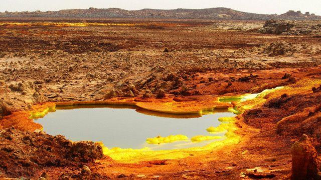 Sistema hidrotermal en la Depresión de Danakil. Los depósitos amarillos son una variedad de sulfatos y las áreas rojas son depósitos de óxidos de hierro.