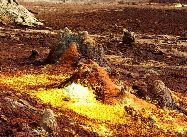 Chimeneas de sulfato amarillas y óxidos de hierro rojos.