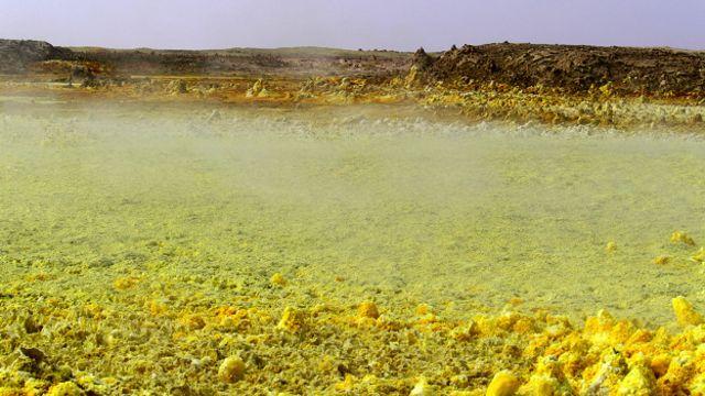 Vapor de azufre y cloro se cierne sobre los depósitos de sal ricos en azufre.
