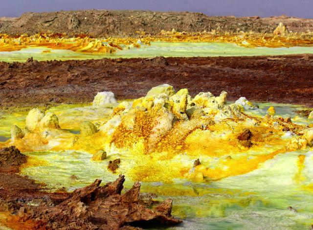 Los amarillos del azufre, rojos del hierro y verdes del cobre hacen del paisaje hermoso pero ¿con vida?