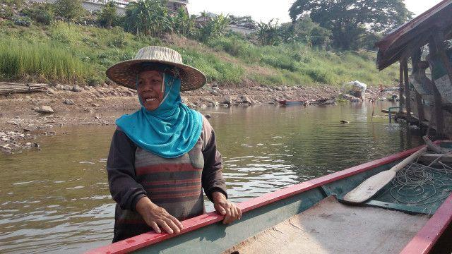 Với người phụ nữ ngư dân duy nhất ở Chiang Khan này, việc đánh bắt cá của bà khó khăn hơn nhiều vì dòng chảy luôn thay đổi